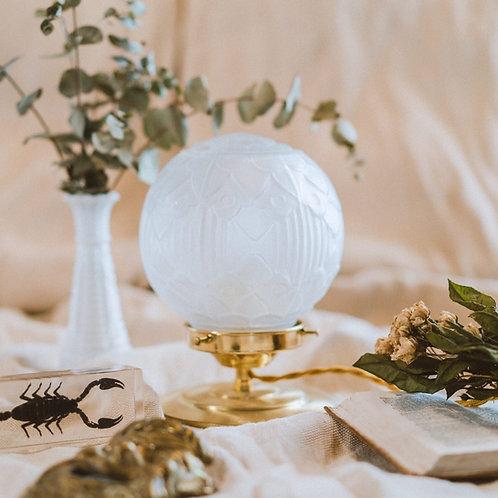 lampe de chevet avec globe moulé art déco blanc sur pied en laiton et fil doré
