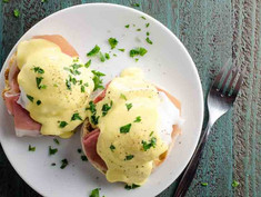 Prosciutto-Eggs-Benedict-with-Blender-Ho