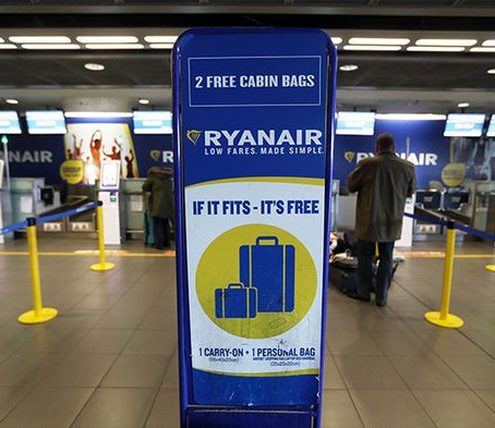 Ryanair condannata in Spagna per oneri sui bagagli a mano
