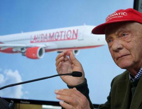 Niki Lauda, bandiere a scacchi e aerei