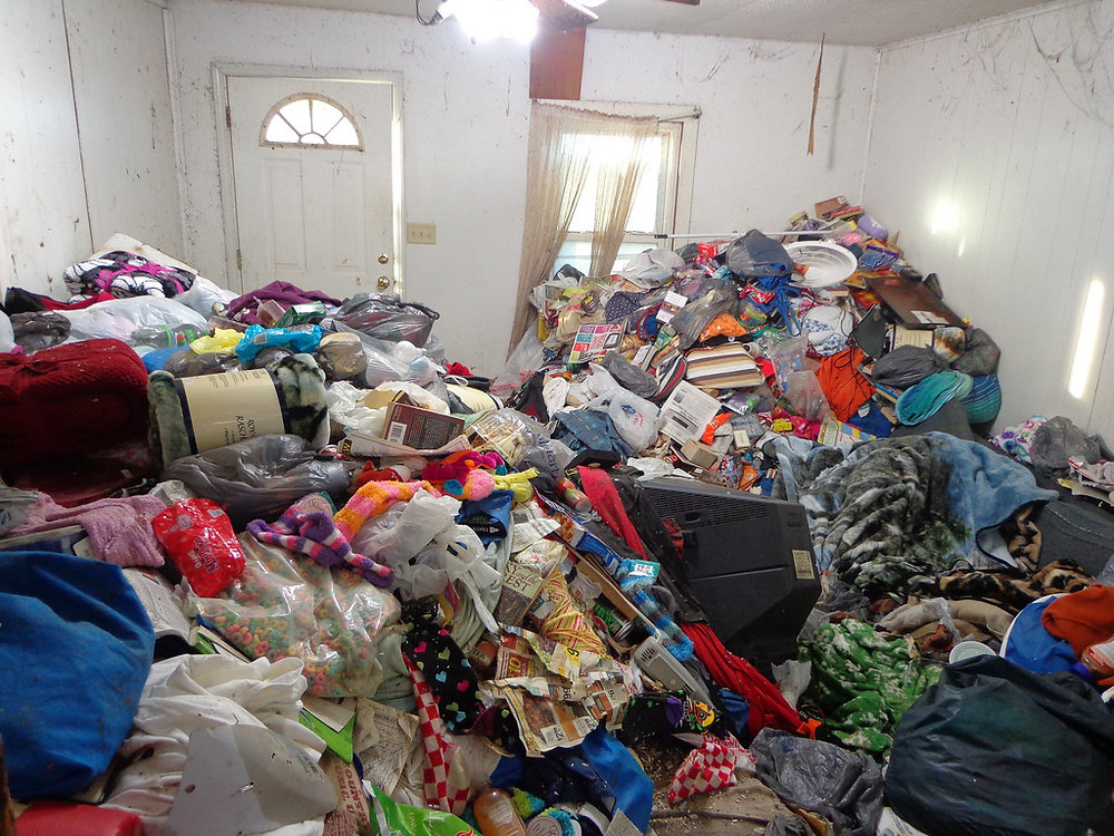"What's the Difference Between Hoarding and Being Messy? - Photo of Priscilla and Phillis Huberman's, twin sisters from southern Illinois, living room before the hoard is cleared away. ""Kényszeres gyűjtögetők - élve eltemetve (5. évad) https://creativecommons.org/licenses/by/2.0/ - CC 2.0 by https://www.flickr.com/photos/lwpkommunikacio/12968710814 - Lwp Kommunikáció (Flickr)"