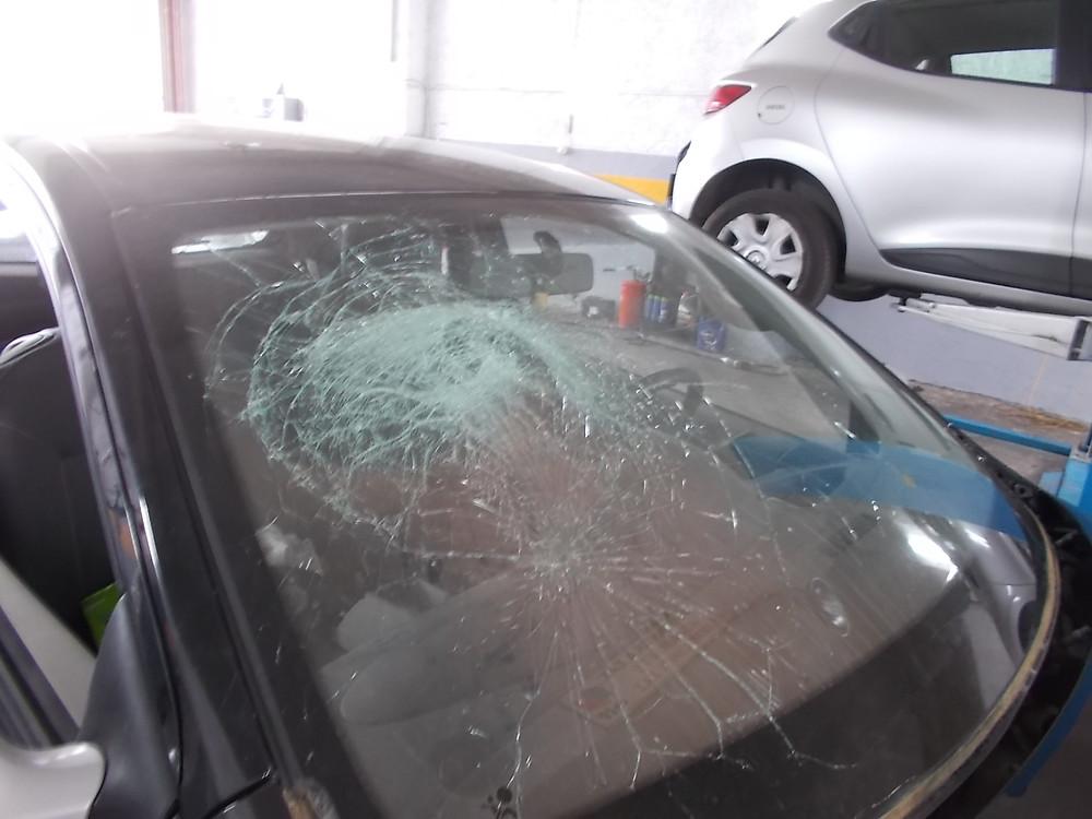 σπασμενο τζαμι αυτοκινητου θραυση κρυσταλλων