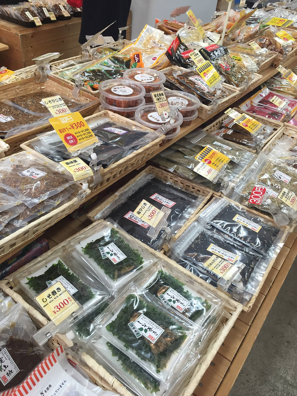 Dry foods being sold at Tsukiji outer market - Ordinary Brussels