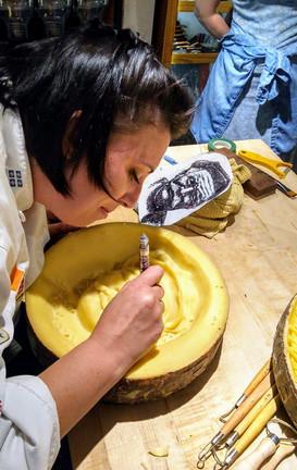 Sculpture sur fromage devant public.jpeg