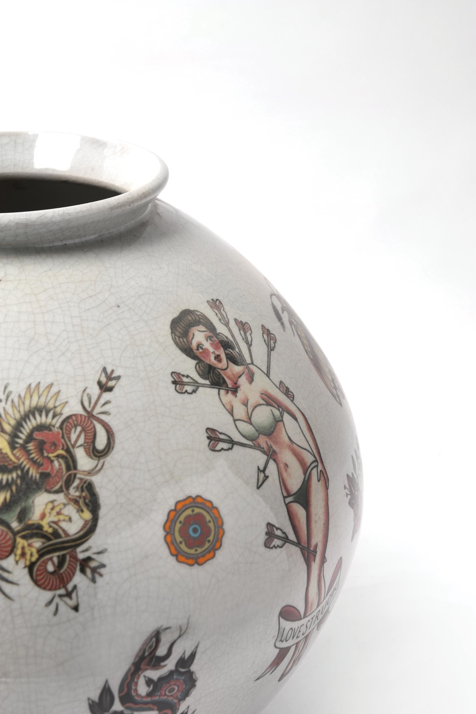 백자전사서양문항아리(白瓷轉寫西洋紋立壺)