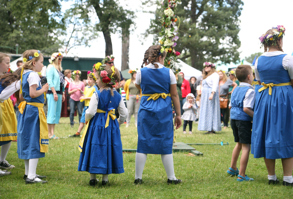 Waiting for the maypole
