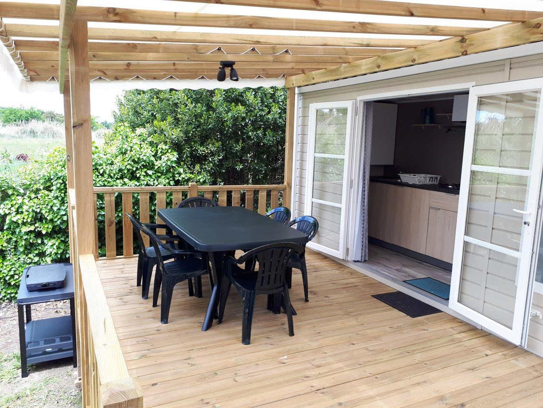 Très grande terrasse avec salon de jardin