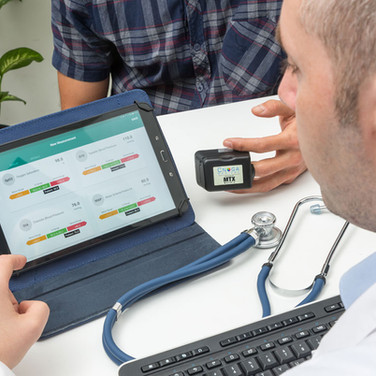 checking pluse of patient on laptop conected to device