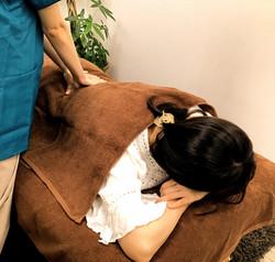 ご利用者さまの状態や症状に合わせてうつぶせ・横向き・あお向きで治療します