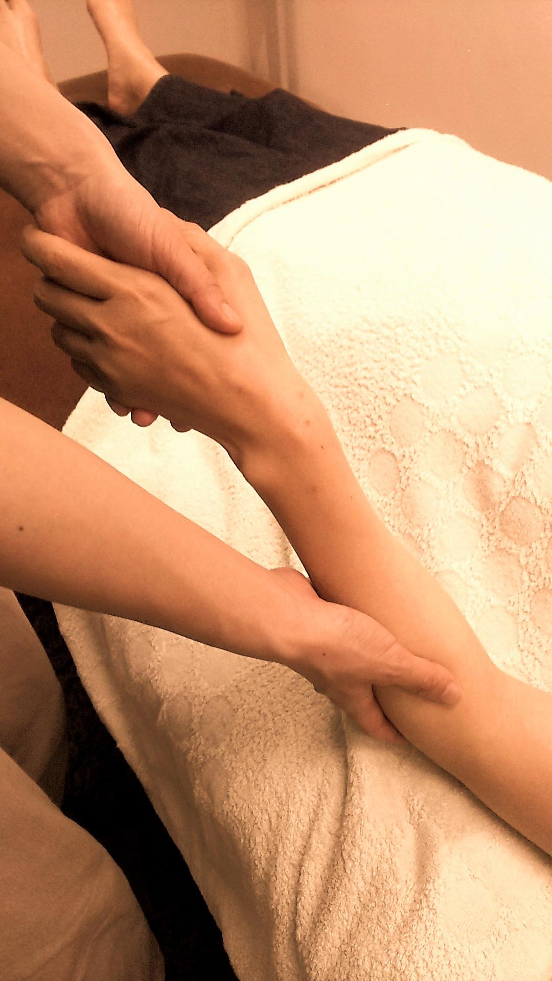 後遺症やマヒで動かしづらくなった手足・指・関節へのリハビリも行います