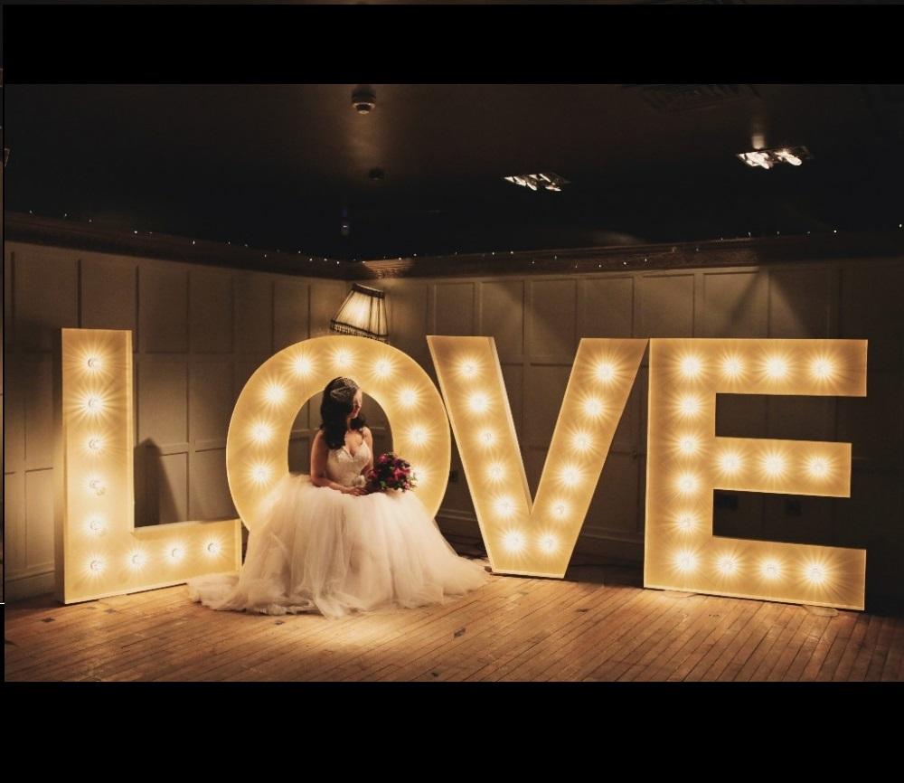 Set de litere luminoase LOVE.