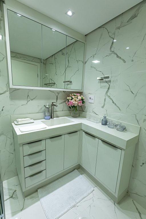 Banheiro planejado por Dáphyne Santoro com porcelanato Calácata - Imagem: Divulgação