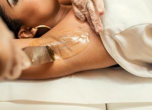 Cuidados para evitar problemas na pele ao se depilar com cera no verão