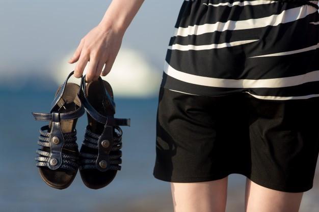 Com a rasteirinha, todo o peso do corpo é jogado em cima do calcanhar, sem nenhuma proteção - Imagem: Divulgação