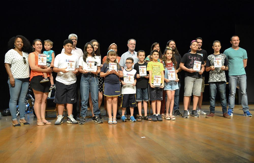 Crianças e adolescentes premiados, com equipe do Salão e apoiadores - Imagem:Rafael Bitencourt