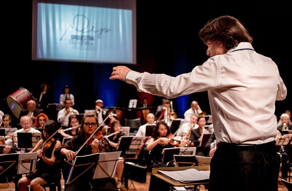 Maestro diante da Orquestra Educacional de Piracicaba - Crédito: Isabela Borghese
