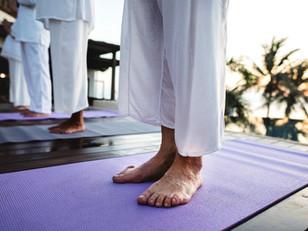 Idosos em quarentena: descanso e hidratação de pernas e pés