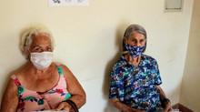 Vacinação de idosos com 80 anos ou mais e de profissionais de saúde começou nesta segunda