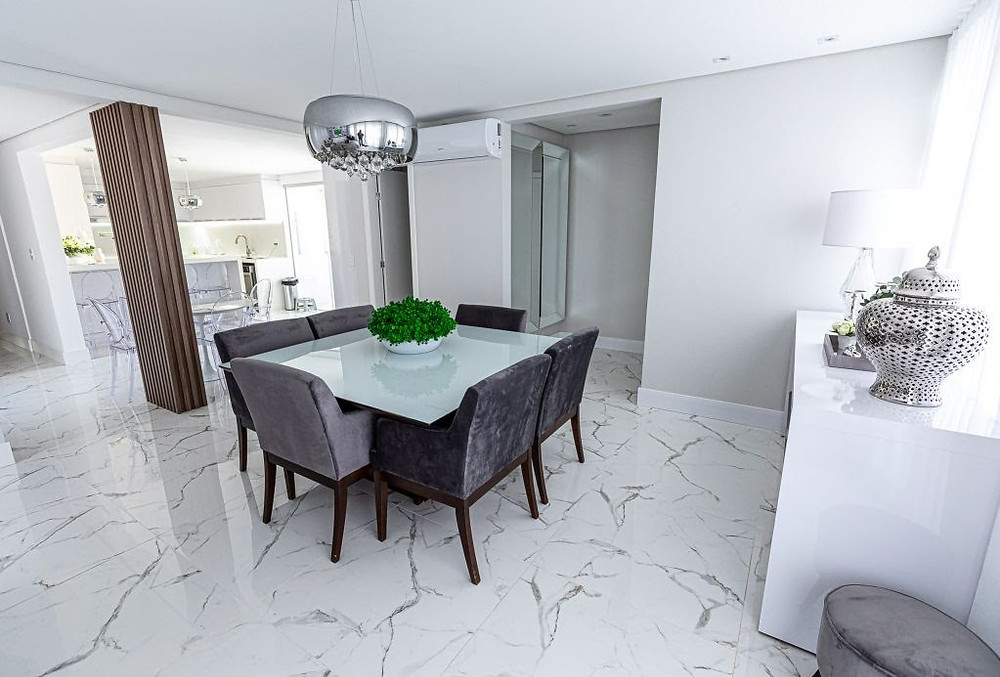 Projeto de sala de jantar de Dáphyne Santoro com porcelanato Calacáta Polido da Damme - Imagem: Divulgação