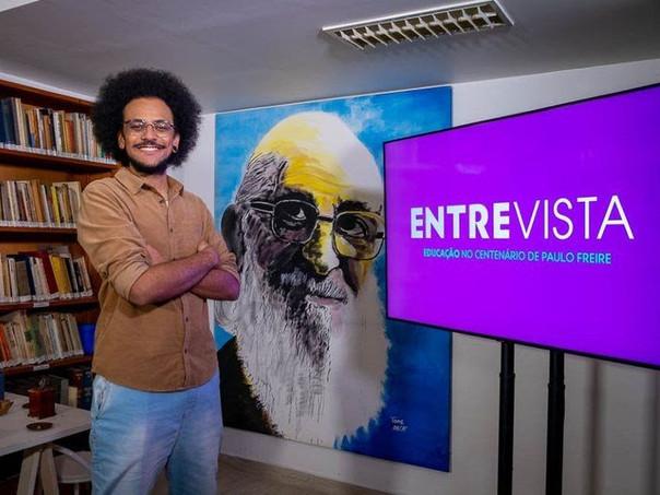 Canal Futura: ex-BBB João Pedrosa apresenta programa sobre ccentenário de Paulo Freire