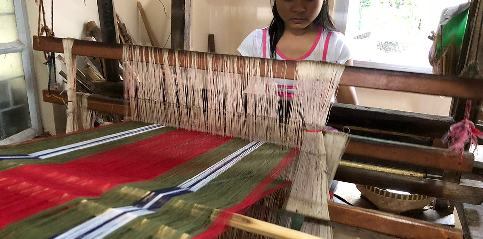 Abel Loom Weaving, La Paz. Discover beautifully fabrics hand woven in the tradional style only a short drive away from Strutz Art Garden Resort.