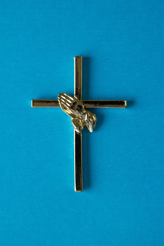 Croix avec main
