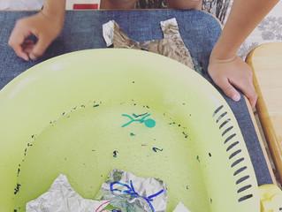 書いた絵が水に浮かぶ?不思議な実験!