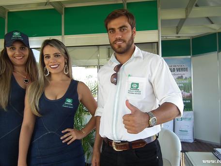 (Foto do Dia) Paulo filho do Sr. Euripedes da Sementes Solo Verde de Goiatuba-GO e equipe, na Feira