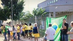 Grupo protesta contra aumento dos salários dos vereadores e prefeito