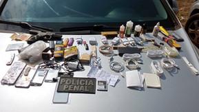Quatro vigilantes são presos com celulares, perfume e até arma que seriam entregues à presos