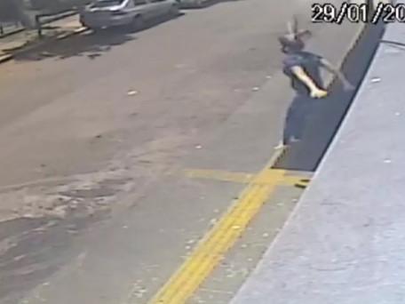 Mulher que pulou do 1º andar de prédio para não ser estuprada diz que não movimenta as pernas