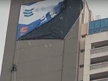 Temporal deixa trabalhador pendurado em fachada de prédio, em Aparecida de Goiânia