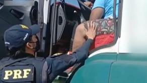 Motorista bêbado dorme ao volante de caminhão e custa a ser acordado por policial, diz PRF