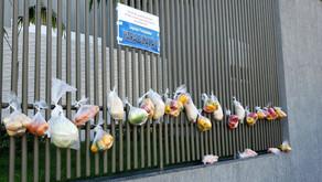 Moradora pendura sacolas com alimentos no portão de casa para ajudar famílias em Pontalina