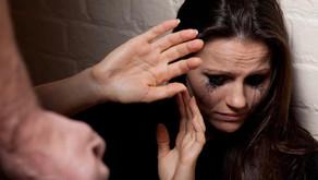 Homem é preso por agredir companheira em bar