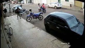 Vídeo mostra momento em que mulher é atropelada por motocicleta ao tentar atravessar a rua, em Jataí