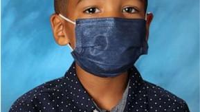 Criança se recusa a tirar máscara na hora da foto da escola e recebe R$ 180 mil como 'prêmio'