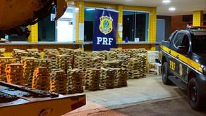 PRF apreende mais de uma tonelada de maconha após carro capotar, em Jataí