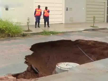 Cratera de 7 metros de profundidade se abre durante a chuva em rua de Goiânia