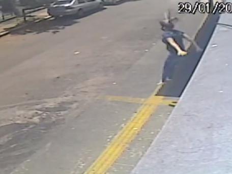 Mulher pula do 1º andar de prédio para fugir de assaltante que abusou dela, diz polícia