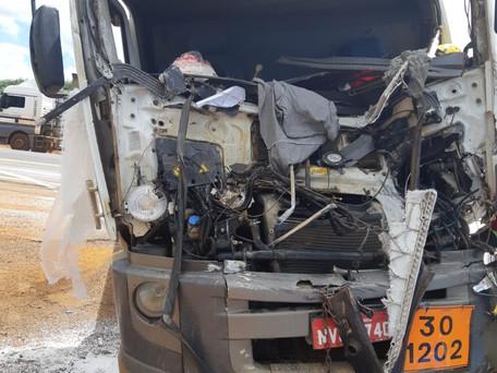 Colisão entre veículos de cargas deixa motorista gravemente ferido na BR 050, em Catalão