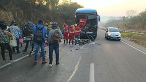 Ônibus bate na traseira de carreta e deixa feridos na BR-060, em Alexânia