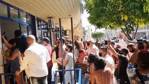 Manifestantes invadem prefeitura de Caldas Novas contra novo decreto
