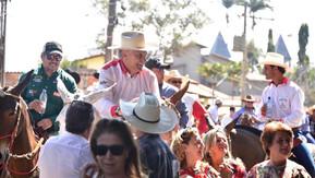 Caiado integra comitiva de muladeiros na cavalgada em devoção ao Divino Pai Eterno