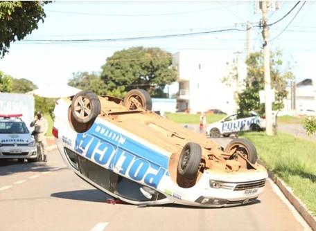 Policiais Militares ficam feridos após viatura bater em carro parado e capotar, em Goiânia