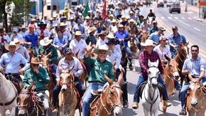 Cavalgada-Goiânia exalta tradições sertanejas, arrecada fundos para OVG, e celebra 70 anos de Caiado