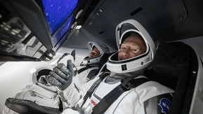 Astronautas da Nasa a bordo da Crew Dragon chegam à Estação Espacial Internacional