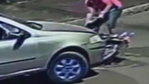 Motorista atropela motociclista, desce do carro, tira moto da frente e foge