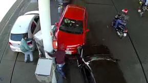 Motorista confunde pedais, bate em carro, derruba bomba de combustível e quase atinge frentista