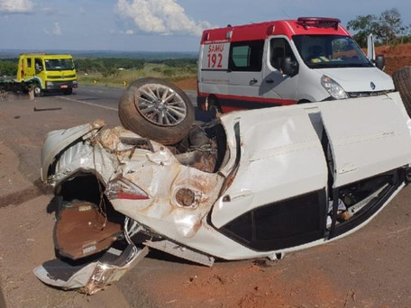 Carro capota e deixa três feridos na BR-050 em Catalão